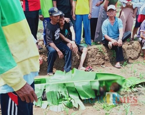 Jenazah Suharno Sebelum di evakuasi petugas / Foto : Istimewa / Tulungagung TIMES