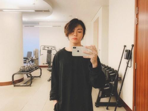 Jungkook BTS dengan rambut gondrongnya (@BTS_twt)