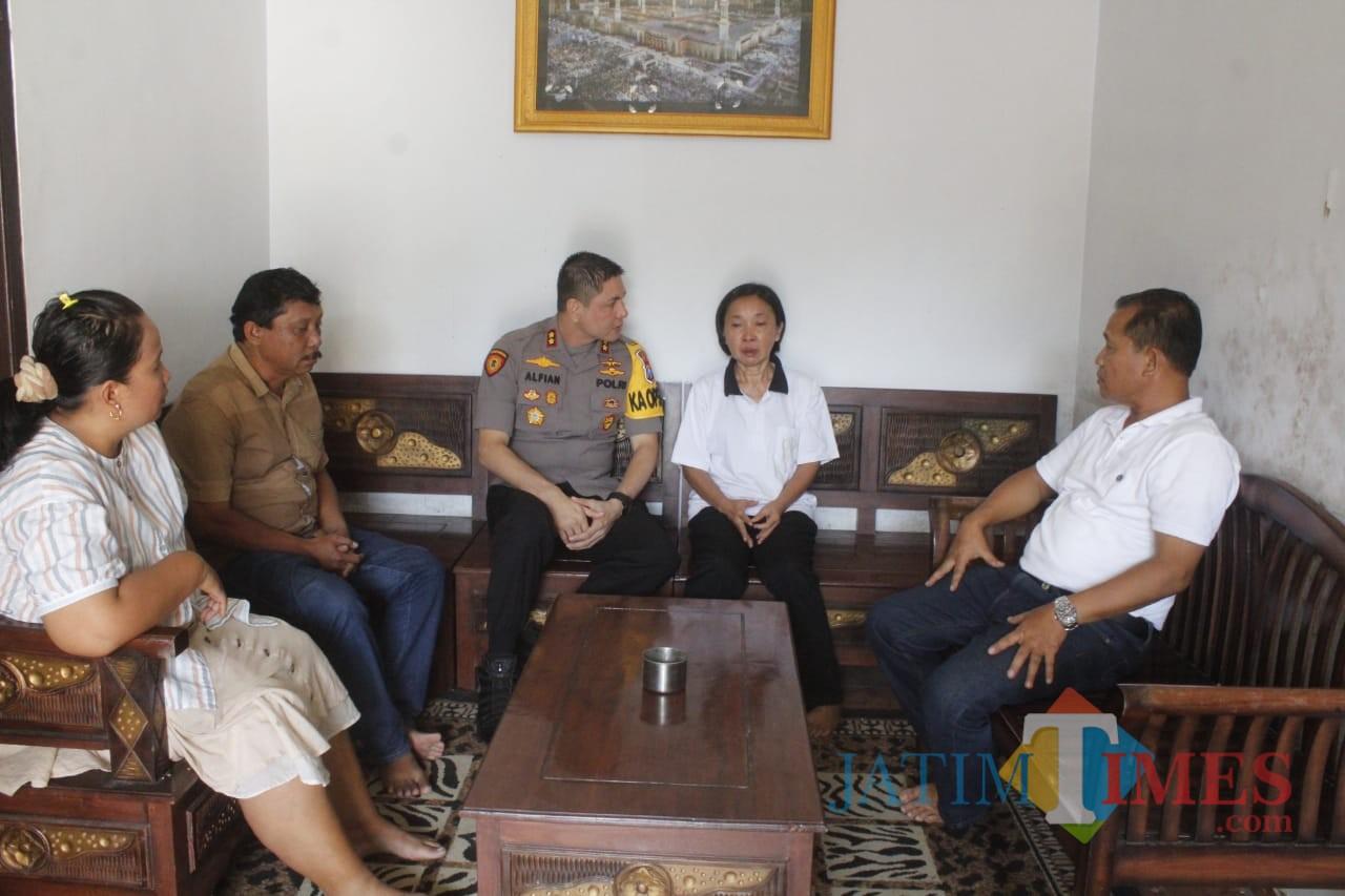 Kapolres Jember AKBP. Alfian Nurrizal saat menemui Musbach Chusnul Chotimah TKW yang ditelantarkan majikannya di Singkawang (foto : Danu P / JatimTIMES)