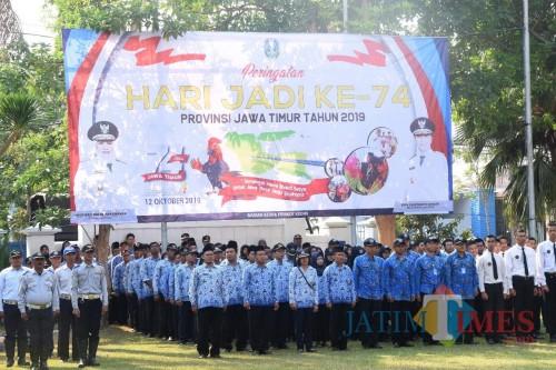 Para ASN dilingkungan Pemkot Kediri menggelar upacara dalam memperingati HUT ke-74 Provinsi Jawa Timur. (eko Arif s /JatimTimes)