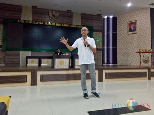 Dimas Oky Nugroho saat mengisi Seminar Nasional Kepemudaan di UIN Malang. (Foto: Imarotul Izzah/MalangTIMES)