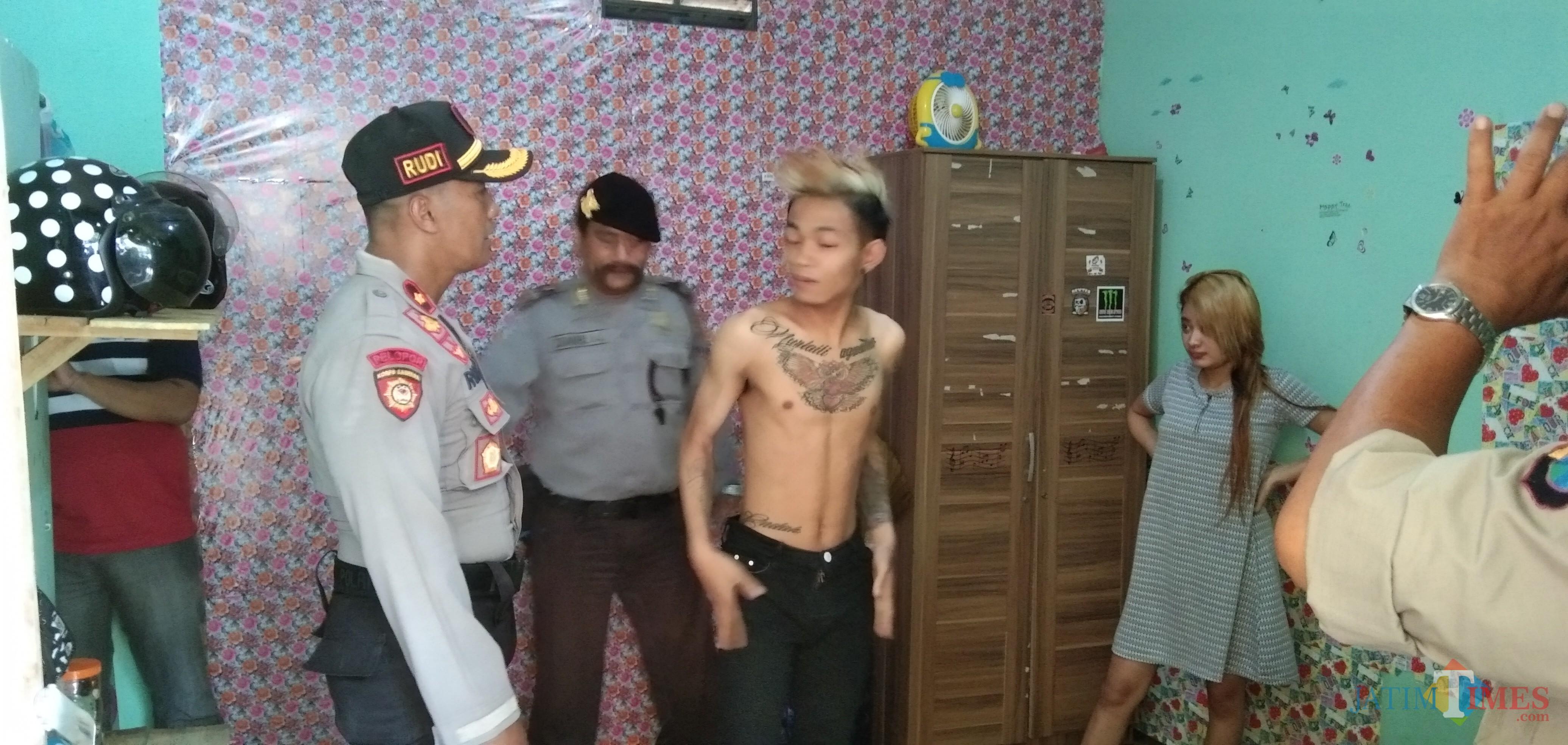 Kapolsek Tulungagung Kota, Kompol Rudi Purwanto saat memeriksa tempat kost (foto: Joko Pramono/ JatimTIMES)