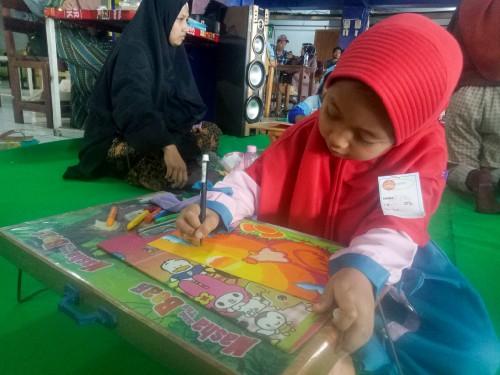 Safi, salah satu peserta lomba mewarnai di Ajang Kreativitas Anak Indonesia Bersama Terminal Kopi Malang se-Malang Raya. (Foto: Imarotul Izzah/MalangTIMES)
