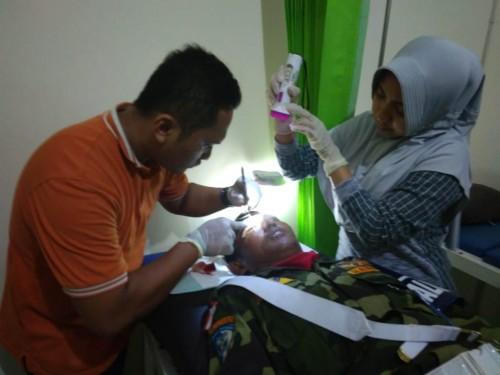 Anggota Banser yang menjadi korban penggroyokan dirawat di Puskesmas Bandung (ist)