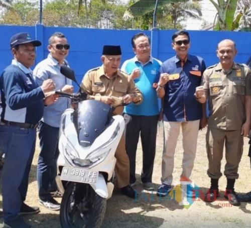 Kepala DPKPCK Kabupaten Malang Wahyu Hidayat (dua dari kanan) bersama Bupati Malang Sanusi (naik motor matik) serta pejabat Kabupaten Malang. (for MalangTimes)