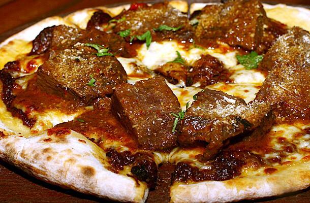 Pizza topping rendang. (Foto: istimewa)