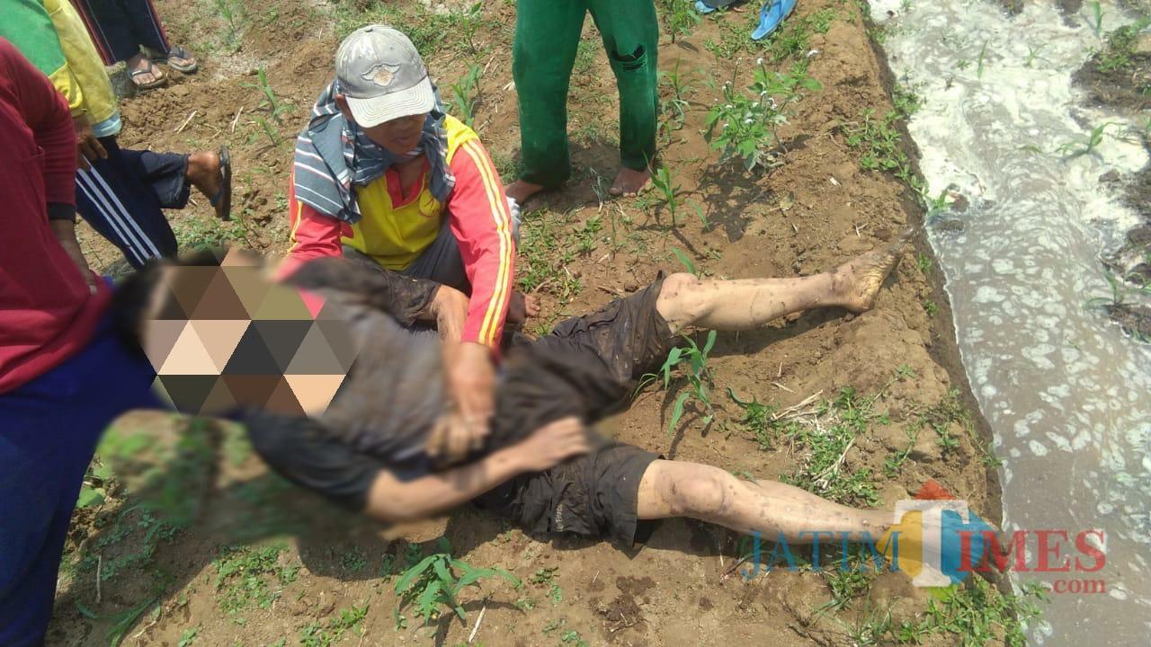Kondisi sesaat setelah Suharno ditemukan di sawah dalam keadaan tak bernyawa. / Foto : Istimewa / Tulungagung TIMES