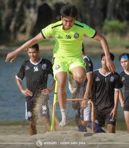 Kurniawan Kartika Ajie (kanan)ketika menjalani latihan di pantai (official Arema FC)