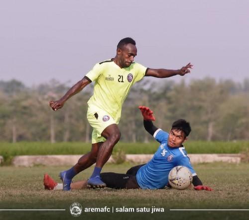 Kurniawan Kartika Ajie (kanan)ketika menjalani latihan (official Arema FC)