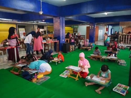 Anak-anak  tengah mengikuti lomba menggambar pada Ajang Kreativitas Anak Indonesia Bersama Terminal Kopi Malang. (Anggara Sudiongko/MalangTIMES)