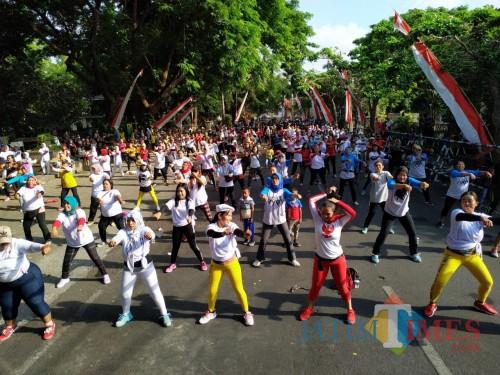 Peserta senam bersama memadati area parkir timur Alun-Alun Tulungagung. / Foto : Anang Basso / Tulungagung TIMES