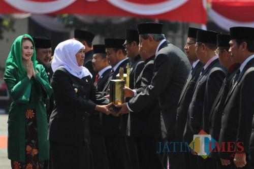 Sekda Kota Kediri Budwi Sunu menerima penghargaan Destana Award 2019 dari Gubernur Jawa Timur. (ist)