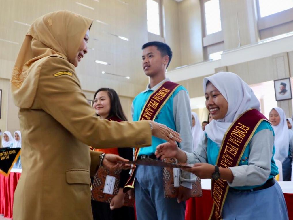 Wali Kota Batu Dewanti Rumpoko saat bersalaman dengan salah satu pelajar forum pelajar sadar hukum di Graha Pancasila, Balai Kota Among Tani, Senin (14/10/2019). (Foto: istimewa)