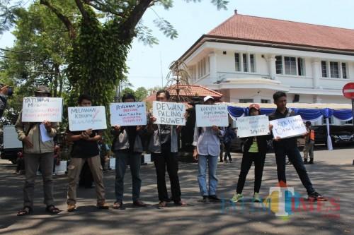 Aksi demonstrasi MCW menuntut Presiden Jokowi terbitkan perppu di Balai Kota Malang, Senin (14/10). (Arifina Cahyanti Firdausi/MalangTIMES)