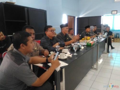 Anggota Komisi C DPRD Lumajang ketika berdialog dengan Dishub Lumajang (Foto : Moch. R. Abdul Fatah / Jatim TIMES)