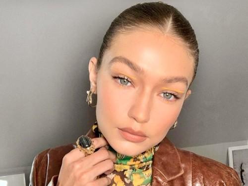 Eyeliner yang dipoleskan Gigi Hadid berada di lipatan kelopak mata warna kuning. (Foto: instagram @gigihadid)