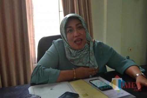 Ketua Komisi D DPRD Jombang, Erna Kuswati saat diwawancarai. (Foto : Adi Rosul / JombangTIMES)