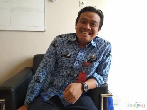 Plt Kepala Dinas Kominfo Kabupaten Kediri Krisna Setiawan saat memberikan keterangan di ruang kerjanya. (eko Arif s /JatimTimes)