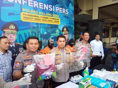 Kapolres Malang Kota, AKBP Dony Alexander SIK, MH, (tengah), saat menunjukan barang bukti dalam rilis di Polres Malang Kota (Anggara Sudiongko/MalangTIMES)