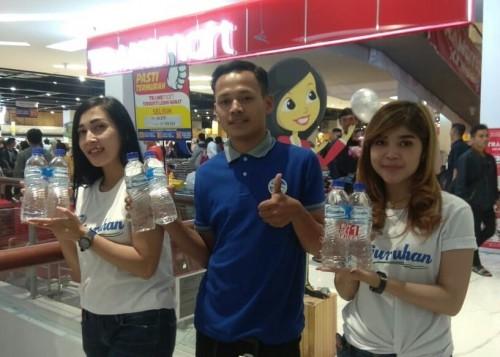 Para SPG air minum Tirta Kanjuruhan saat promosikan produknya di beberapa distributor yang ada di Malang. (Foto : Facebook Air Minum Tirta Kanjuruhan)