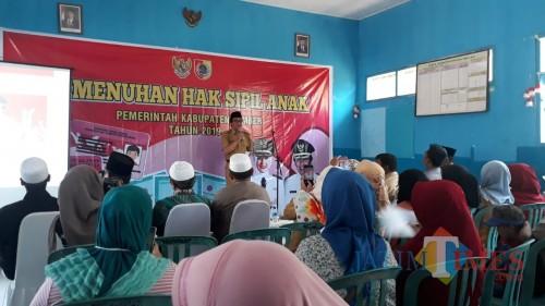 Wakil Bupati Jember saat memberikan sambutan tentang pentingnya KIA kepada orang tua penerima (foto : Ayunk / JatimTIMES)