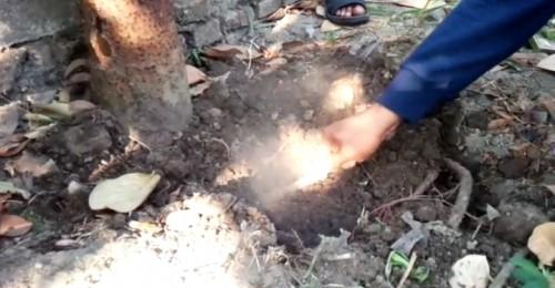 Gambar tangkapan layar video kondisi tanah yang keluarkan asap di Dusun Ngemplak, Desa Ngudirejo, Kecamatan Diwek, Jombang.