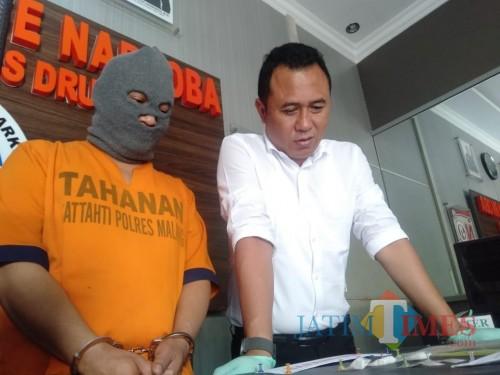 Tersangka Dian Pratitis saat digelandang polisi ke ruang penyidikan Satrekoba Polres Malang (Foto : Humas Polres Malang for MalangTIMES)