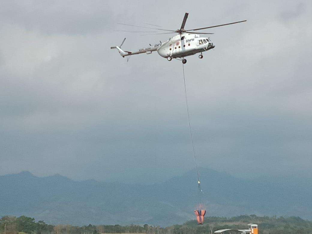 Helikopter saat membawa air di udara. (Foto: istimewa)