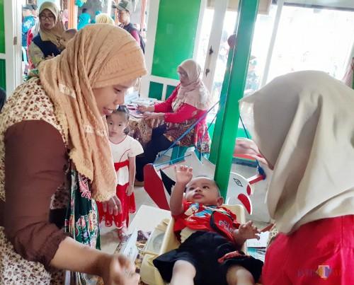 Suasana kegiatan penimbangan balita di Taman Posyandu Delima Kelurahan Madyopuro, Kecamatan Kedungkandang Kota Malang, Selasa (15/10) (Arifina Cahyanti Firdausi/MalangTIMES)