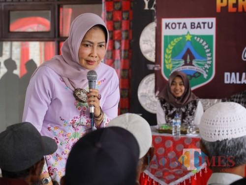 Wali Kota Batu Dewanti Rumpoko saat bertanya kepada lansia di di pendopo rumah dinas wali kota Batu, Selasa (15/10/2019).