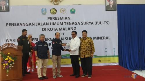 Wakil Wali Kota Malang Sofyan Edi Jarwoko (dua dari kanan) saat menerima secara simbolis penyerahan PJU TS oleh Wakil Menteri ESDM, Arcandra Tahar (Pipit Anggraeni/MalangTIMES)