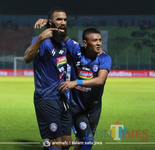 Pencetak satu gol Arema FC melawan PSM Makassar dibabak pertama, Dedik Setiawan (kanan) (official Arema FC)