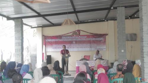 Plt Wali Kota Blitar Santoso membuka pelatihan pemasaran online yang digelar Dinas Koperasi dan Usaha Mikro.(Foto : Aunur Rofiq/BlitarTIMES)