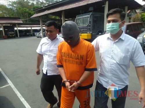 Tersangka Purwanta saat digelandang petugas ke ruang penyidikan Satreskoba Polres Malang (Foto : Ashaq Lupito / MalangTIMES)