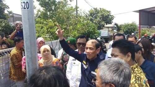 Wakil Menteri ESDM, Arcandra Tahar (tengah, menunjuk ke atas) saat meninju langsung salah satu PJU Tenaga Listrik di Kelurahan Lesanpuro, Kota Malang (Pipit Anggraeni/MalangTIMES).