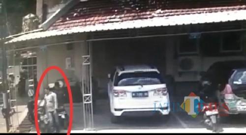 Dua orang pelaku yang tertangkap CCTV sedang mondar-mandir di parkiran kantor DPRD Pamekasan. (Fahrurrosyi)