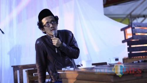 Ketua Lesbumi Kota Malang Berlian Alhamid dalam diskusi singkat tentang sastra, budaya, warung kopi, dan berita yang digelar dadakan di Coffee Times. (Yogi Iqbal/MalangTIMES)