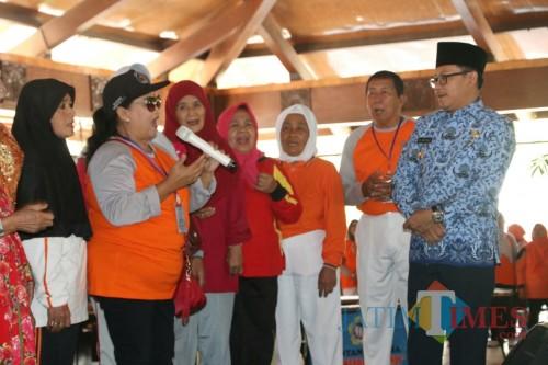 Wali Kota Malang Sutiaji (batik biru) saat bernyanyi bersama para lansia di HLUN Kota Malang, Kamis (17/10). (Foto: Humas Pemkot Malang)