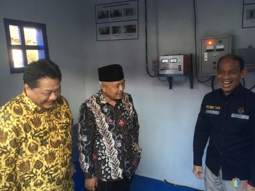 Bupati Malang HM Sanusi (tengah) beserta Wakil Menteri ESDM Arcandra Tahar (kanan), saat meresmikan program sumur bor di Kecamatan Pagak (Foto : Ashaq Lupito / MalangTIMES)