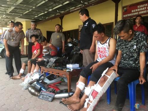 Kelima tersangka sindikat pencurian spesialis sepeda motor beserta barang bukti hasil curian saat sesi rilis di Polsek Gondanglegi. (Foto : Ashaq Lupito / MalangTIMES)