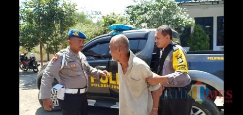 Pelaku saat dikeler petugas Polsek Jombang. (foto : R Ulum / Jatim TIMES)