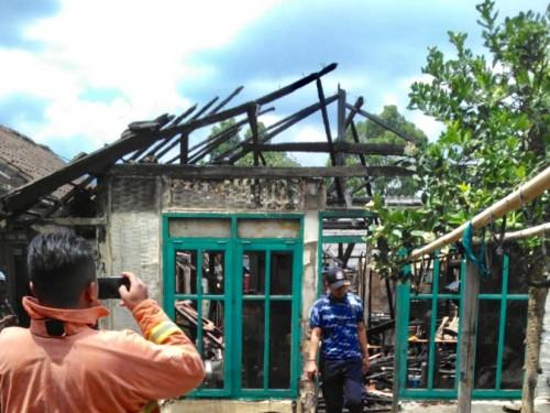 Kondisi rumah Suprianto  di Dusun Krajan, Desa Pujon Lor,Kecamatan Pujon, Kabupaten Malang,  setelah kebakaran, Kamis (17/10/2019). (Foto: istimewa)