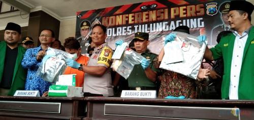 Tersangka DD (baju oranye) saat pers release tadi pagi di Mapolres Tulungagung (foto: Joko Pramono/ JatimTIMES)