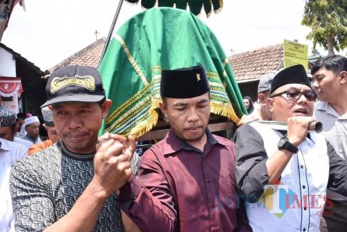 Ketua DRPD Kota Batu Asmadi (tengah), dan Direktur Among Tirto Kota Batu Sunaedi (kanan) saat membopong keranda almarhum Sugandi, Kamis (18/10/2019). (Foto: Irsya Richa/MalangTIMES)