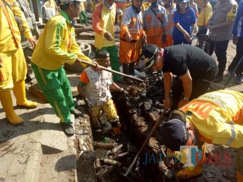 DLH Kerja Bakti, Pasar Blimbing Jadi Bersih