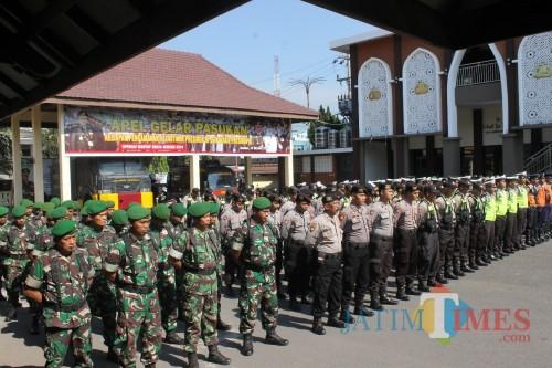 Pasukan TNI dan Polri saat gelar apel jelang pelantikan presiden di Mapolres Jember. (foto : Rendi / Jatim TIMES)