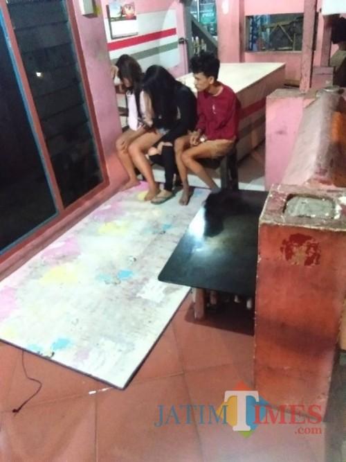 Pengendara Hyundai Atoz usai kejadian saat dievakuasi di rumah warga (foto : istimewa / JatimTIMES)