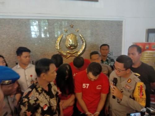 Pasutri Bambang dan Rulin saat diinterogasi polisi.