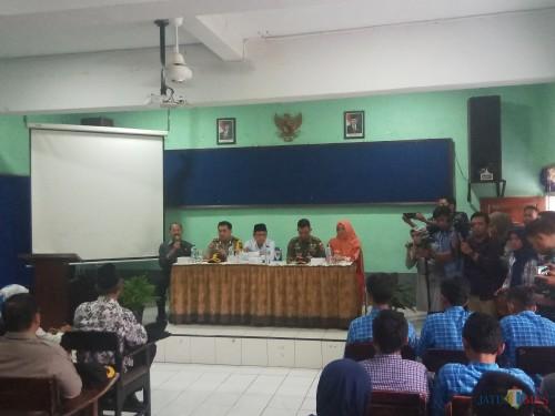 Suasana saat wali kota, kapolres Malang Kota, dan komandan Kodim 0833 saat mendatangi SMK Muhammadiyah 2 Malang setelah viralnya video penamparan terhadap siswa oleh seorang motivator.(Anggara Sudiongko/MalangTIMES)