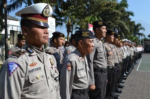 Pasukan gabungan saat apel gelar pasukan dalam rangka kesiapan pengamanan pelantikan presiden dan wakil presiden RI periode 2019 – 2024 di halaman Polres Batu, Jumat (18/10/2019).